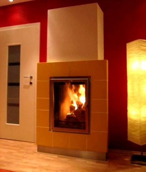 Kaminofen-Biofire-Brennholz-Experten-Vorteile-große-kacheln-warme-farben